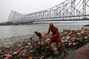 Dòng sông 'nuôi' 400 triệu người Ấn Độ ô nhiễm nặng vì quá tải dân số