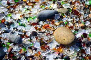 Biển thủy tinh hình thành từ bãi phế liệu đẹp ảo diệu