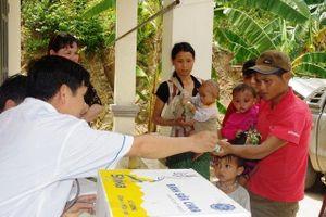 Tặng thuốc chữa bệnh cho các trạm quân dân y biên giới Nghệ An