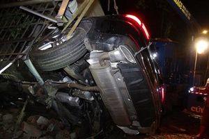 Xe Mercedes lao vào nhà dân, 1 người chết, 2 người bị thương