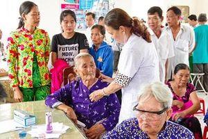Khám bệnh cấp thuốc miễn phí, tặng quà cho 300 lượt người nghèo khu vực biên giới biển