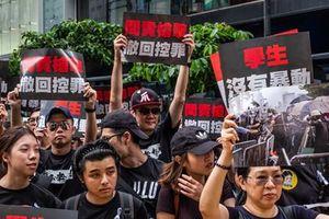 Luật dẫn độ hoãn vô thời hạn, dân Hong Kong vẫn xuống đường