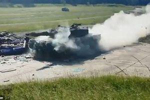 Lao đi với tốc độ cao nhất, xe tăng chiến đấu Đức nghiền nát chiếc BMW