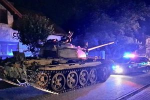 Người đàn ông say rượu lái xe tăng 'dạo chơi' làm náo loạn đường phố