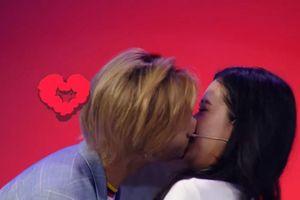 Nam ca sĩ phải hôn '3 bộ phận' của bạn gái trên sóng truyền hình gây tranh cãi