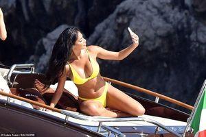 Nicole Scherzinger diện bikini vàng rực rỡ, khoe dáng 'bốc lửa' trên du thuyền