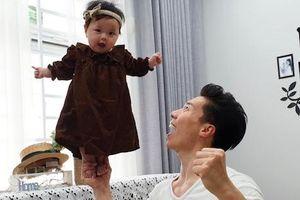 Quốc Nghiệp làm xiếc cùng con gái 6 tháng tuổi