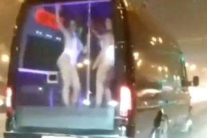 Clip 2 chân dài mặc đồ sexy múa cột trong ô tô chạy trên phố