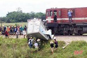Tàu hỏa đâm xe tải tại Hà Tĩnh