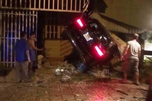 Ôtô Mercedes 'san bằng' 3 nhà dân, 2 người thương vong