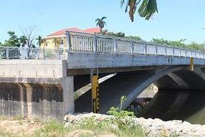 Cầu làm xong nhưng đường chưa thông