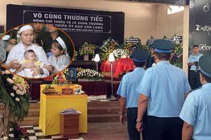Nghẹn ngào hình ảnh vợ ôm con thơ ngơ ngác trong lễ tang phi công hy sinh