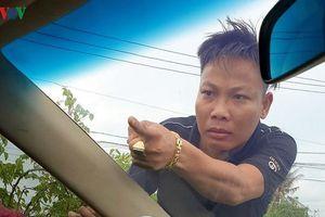 Tuấn 'nhóc' đập vào ô tô đang bị vây chặn, yêu cầu mở cửa 'đòi xử' trung tá công an