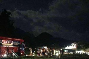Xe khách giường nằm 'đối đầu' xe tải, hơn 30 người thương vong