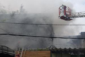 Cháy công ty ở Bình Tân, bà bồng cháu leo lan can thoát nạn