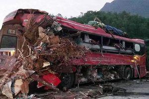 Xe tải chở sắt vụn đối đầu ôtô khách ở Hòa Bình, 3 người tử vong