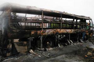 Xe giường nằm cháy rụi sau tiếng nổ lớn