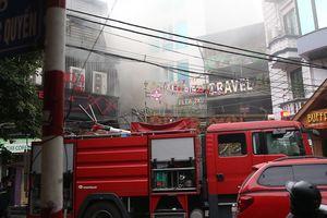 Cháy ở phố cổ, khách du lịch nhảy từ tầng 2 tháo chạy