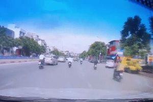Vượt phải tốc độ cao, tông xe máy trượt nhiều mét