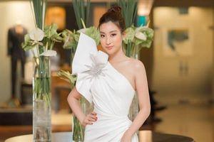 Hoa hậu Đỗ Mỹ Linh khoe vai trần nuột nà đầy gợi cảm