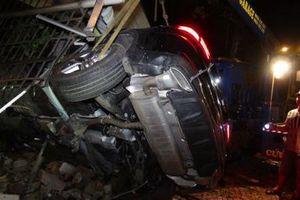 Xe Mercedes húc nhà dân tốc độ kinh hoàng:Thoát chết gang tấc