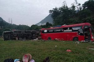 Xe khách đấu đầu xe tải, 3 người chết, 37 người bị thương tại Hòa Bình