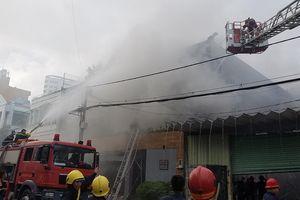 Cháy lớn tại công ty chuyên trang trí ô tô, nhiều nhà dân bị ảnh hưởng