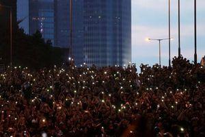 Biển người áo đen rầm rộ yêu cầu Trưởng Đặc khu Hong Kong từ chức