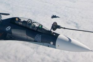 Không quân Nga khoe video chiến cơ Sukhoi tiếp nhiên liệu trên không