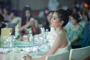 Hoa hậu Đỗ Mỹ Linh khoe vẻ đẹp 'băng thanh ngọc khiết'