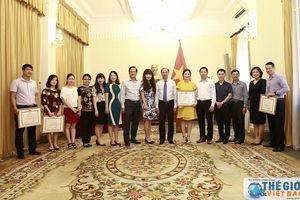 Bộ Ngoại giao trao Bằng khen cho các cá nhân có thành tích xây dựng dự án Luật