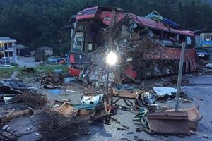 Hòa Bình: Xe tải đối đầu xe khách, 3 người tử vong, hơn 30 người bị thương