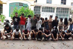 9 cô gái nửa đêm 'bay điên cuồng' cùng 13 gã trai Hưng Yên trong phòng karaoke