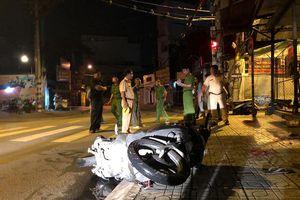 Xe máy lao vào vỉa hè trong đêm, 3 người thương vong