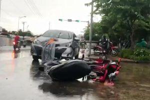 Tai nạn liên hoàn giữa ô tô và xe máy, 2 người bị thương nặng