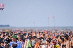 Biển Sầm Sơn chật kín du khách mùa du lịch