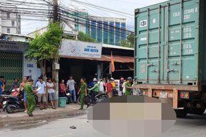 Hai người chết thảm dưới bánh xe container