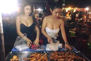 Sốc vì 2 cô gái bán chuối chiên có vòng 1 căng tròn khiến khách nam đến quên đường về...