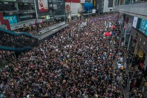 'Biển' người biểu tình Hong Kong mở đường cho xe cứu thương gây 'sốt'