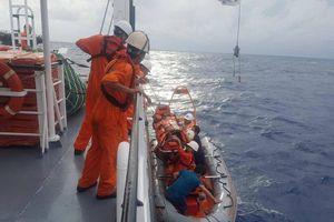 Cấp cứu thuyền viên bị tai biến trên vùng biển Hoàng Sa