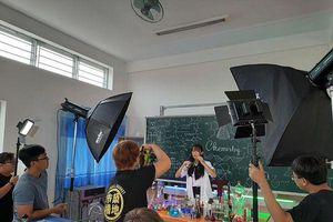 Bộ ảnh kỷ yếu concept phòng thí nghiệm 'chất như nước cất' của các bạn học sinh trường THPT chuyên Lý Tự Trọng