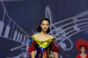 Người mẫu Hàn Quốc duyên dáng trình diễn thời trang Việt