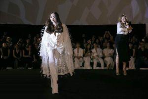 Đang ngồi ghế HLV The Voice Kids, Hương Giang vẫn làm fan nghiêng ngả khi diễn vedette show thời trang