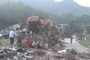 Xe tải tông xe khách giường nằm ở Hòa Bình, hàng chục người chết và bị thương