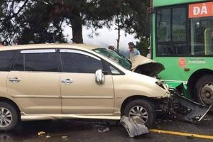 Tông vào đầu xe buýt, tài xế ô tô 7 chỗ tử vong