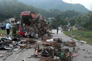 Vụ xe khách đấu đầu xe tải khiến 44 người thương vong ở Hòa Bình