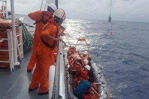 Cứu ngư dân bị tai biến nguy kịch trên vùng biển Hoàng Sa