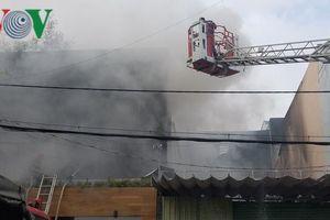 Cháy lớn tại garage ô tô, 2 công ty bị thiêu rụi tài sản