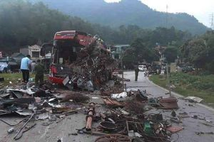 Vụ tai nạn kinh hoàng ở Hòa Bình: Do xe tải lấn làn!