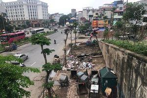 Hà Nội: Rác thải ngổn ngang tại cầu vượt Hoàng Hoa Thám – Văn Cao